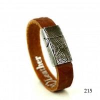 Leren armband met vingerafdruk in het slot