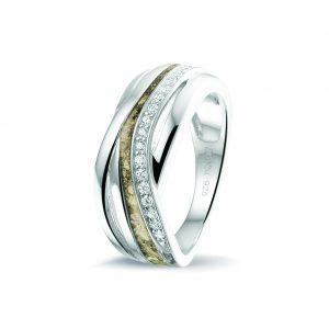 Zilveren ring gezet met zirkonia.