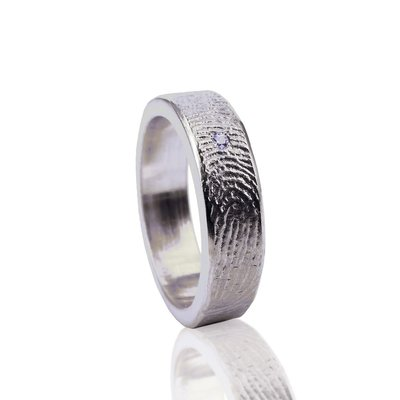 Zilveren ring met vingerafdruk met pave zetting met steen