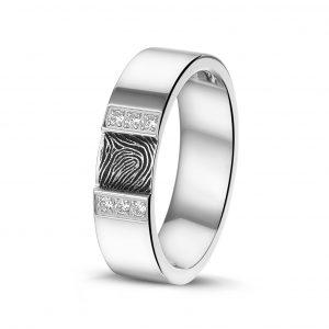 Stalen ring met vingerafdruk en zirkonia.