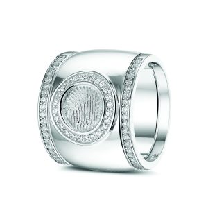 14 Krt wit gouden ring met vingerafdruk, gezet met diamant. Plus wit gouden aanschuifringen gezet met diamant.